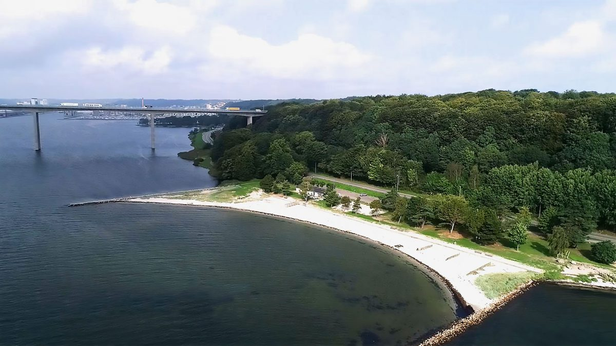 Boligerne ligger nær den, om sommeren, populære Albuen Strand.